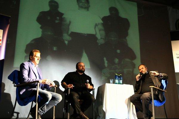 Trojica diskutujúcich, v strede Christian Picciolini