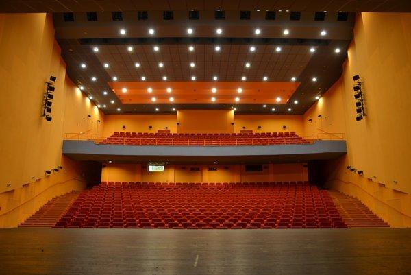 Kinosála má kapacitu viac ako 600 miest.