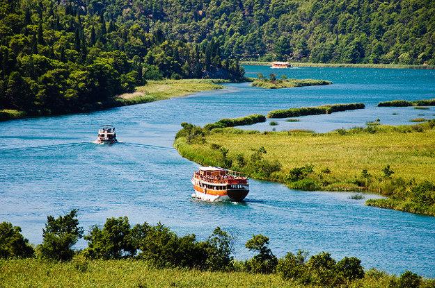 Po rieke Krka sa dá plaviť aj výletnými loďami.