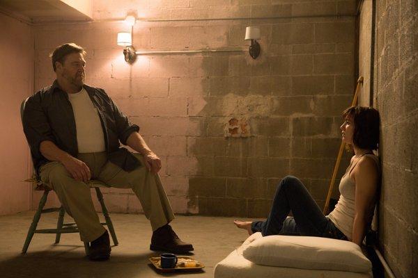 John Goodman a Mary Elizabeth Winstead v hlavných úlohách hororu Ulica Cloverfield 10. Nútené prežívanie v pivnici naberá celkom nový rozmer.