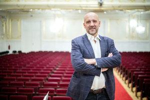 Emmanuel Villaume (52), rodák zFrancúzska, vyštudoval hudbu na štrasburskom konzervatóriu, na Khâgne ana parížskej Sorbonne, kde absolvoval aj štúdium literatúry, filozofie amuzikológie. Odkedy ho ako 21-ročného vymenovali za dramaturga štrasburskej opery, pracoval po celom svete. Vsúčasnosti je hudobným riaditeľom opery vtexaskom Dallase aod vlani aj hudobným riaditeľom ašéfdirigentom Pražskej komornej filharmónie.