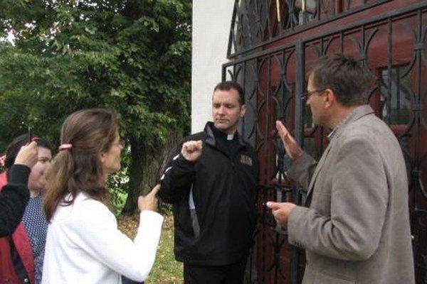 Shawn Carey (uprostred) pri posunkovaní s tlmočníčkou Dankou Laffersovou a katolíckym kňazom Róbertom Colotkom