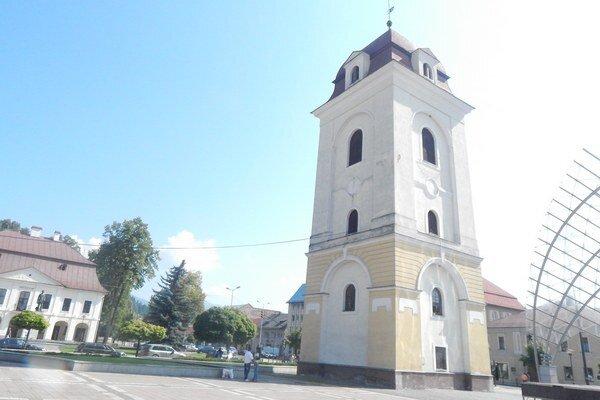 Zvonicu osvetlia zo všetkých strán.