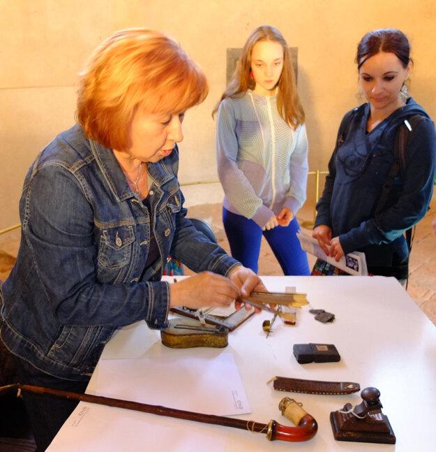 Fajka, kahanec, razidlo na slepotlač, strúhadlo na korenie či minciarska pomôcka na meranie rýdzosti zlata.