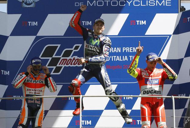 Jorge Lorenzo (v strede) triumfoval pred Marcom Márquezom (vľavo) a Andreom Iannonem.