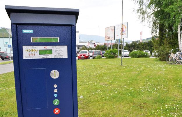 Jeden z jedenástich parkomatov. Stojí pred poštou.