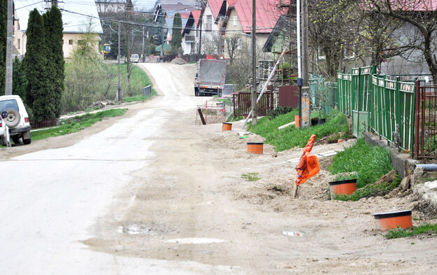 Cestu rozšírili, pribudne aj chodník.