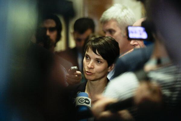 Na snímke líderka AfD Frauke Petryová. Len malá časť voličov je ochotná voliť pravicovo populistickú a euroskeptickú Alternatívu pre Nemecko, ktorá vládny postup v utečeneckej kríze ostro kritizuje.