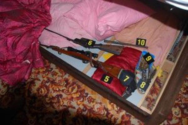Našli sa drogy aj zbrane.
