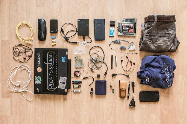 Ethernet kábel, púzdro na okuliare, externá nabíjačka, káble USB 3.0, konektory, externé USB disky, kalkulačka, USB 3.0 expresná karta, SSD disk, náhradné oblečenie na bicykel, slúchadlá, notebook, rj-45 konektory, USB káble, káble, ft232 konvertor, dc-dc konvertor, malé kontaktné pole, USB ledky na kľúče, napájacie konektory, stereo splitter, OTG kábel, teplo vodivá pasta, externé USB disky, 433mhz vysielačka, švédsky nožik, pero, redukcia, telefón.