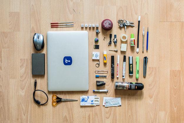 Rašple, kocky, hackeys, kľúče, svetelné káble, X-acto nôž, Kohinor versatilka, myš, notebook, hračka, 3D modely, sponky, mini nabíjačky, páska, gumička, bielidlo, SD karta, násadka na pumpu, meter s rovnováhou, labello, fixky, zelený zvýrazňovač, zastrihávač, náplňe do ceruzky, mini zošívačka, deodorant, pero, disk, napájací kábel, nožnice, sada pakľúčov, zubná pasta, vizitky.