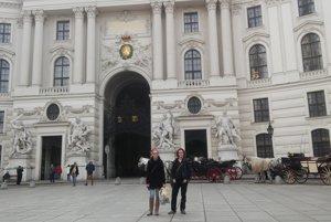 Edina spoločne so spolužiakom pred múzeom v Hofburgu.