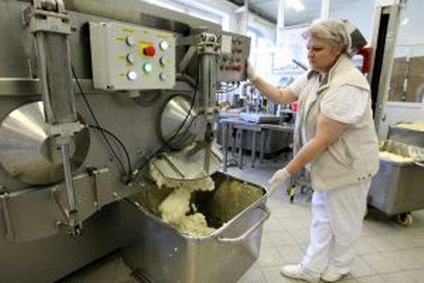 Pri výrobe bryndze je ešte stále veľký podiel ručnej práce.