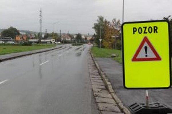 Na zmenu v doprave upozorňuje výstražná tabuľa a o pár metrov ďalej ďalšie dopravné značenie.