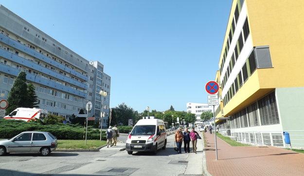 Heliport má byť na streche chirurgického pavilónu (vľavo). Chirurgický a nový liečebný pavilón (vpravo) má prepojiť nadzemný tunel.