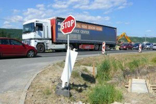 Do priemyselného parku sa kamiónom odbočuje veľmi zle.