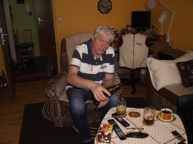 Miroslav si rád pochutná na vlastnoručne vyrobenom zlatistom moku.