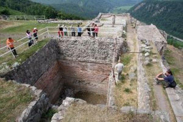 Archeologický výskum sa vrátil aj na Horný hrad a na cisterňu na ňom.