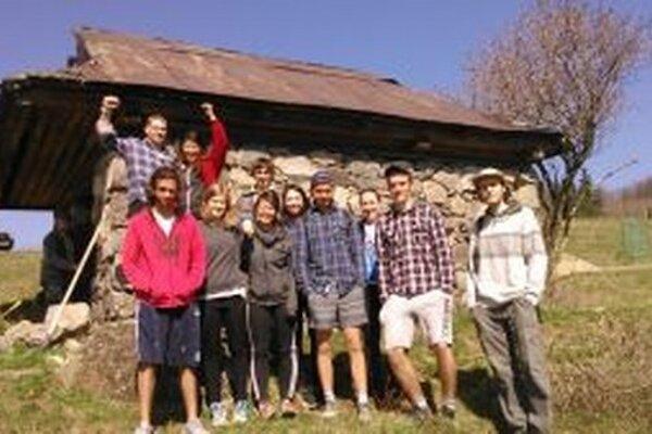 Pri pastierskej kolibe pomáhali dobrovoľníci.
