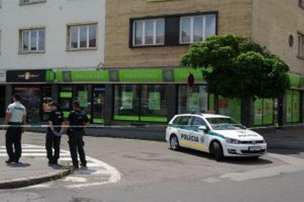 Policajti pred bankou.