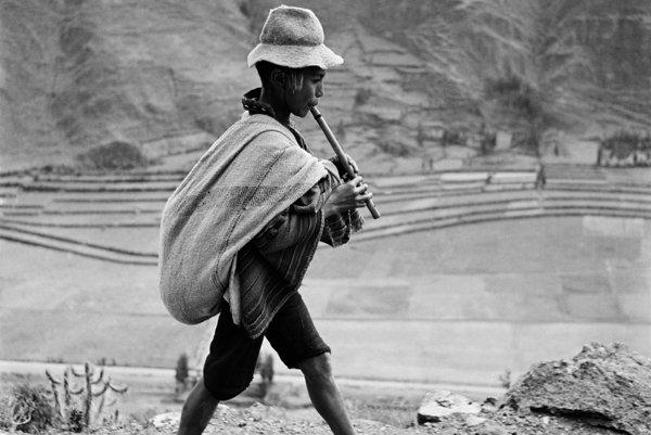 Fotografia chlapca hrajúceho na flautu v peruánskych Andách neďaleko mesta Cuzco vznikla v roku 1954. Patrí k ikonickým snímkam reportéra a dokumentaristu Wernera Bischofa a býva interpretovaná ako oslava večnej životnej radosti navzdory nepriazni osudu a ťažkým životným podmienkam.