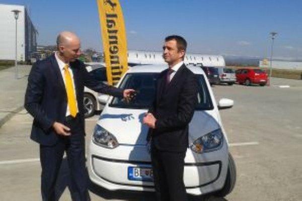 Konateľ spoločnosti Business Lease Slovakia Björn van den Berg (vpravo) odovzdáva prvý elektroautomobil pre zvolenskú spoločnosť Continental konateľovi Continental Automotiv Systems Andreasovi Heinichovi.