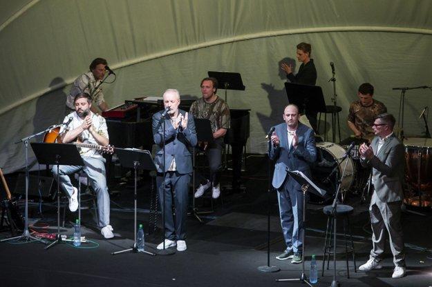 Kafka Band na pódiu s Brémskym divadlom.