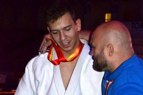 Striebrom ovenčený Lukáš Kurák s trénerom Michalom Bokorom.