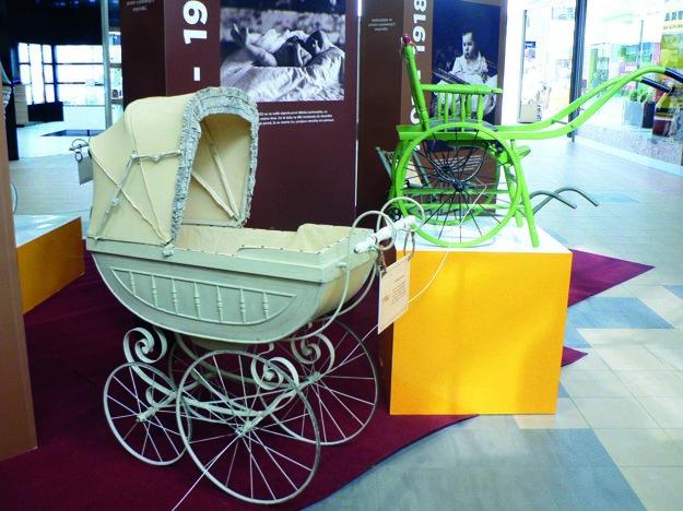 """Hlboký kočík z roku 1904 a drevený šporťák"""", takzvaný """"trakař"""" z roku 1910."""