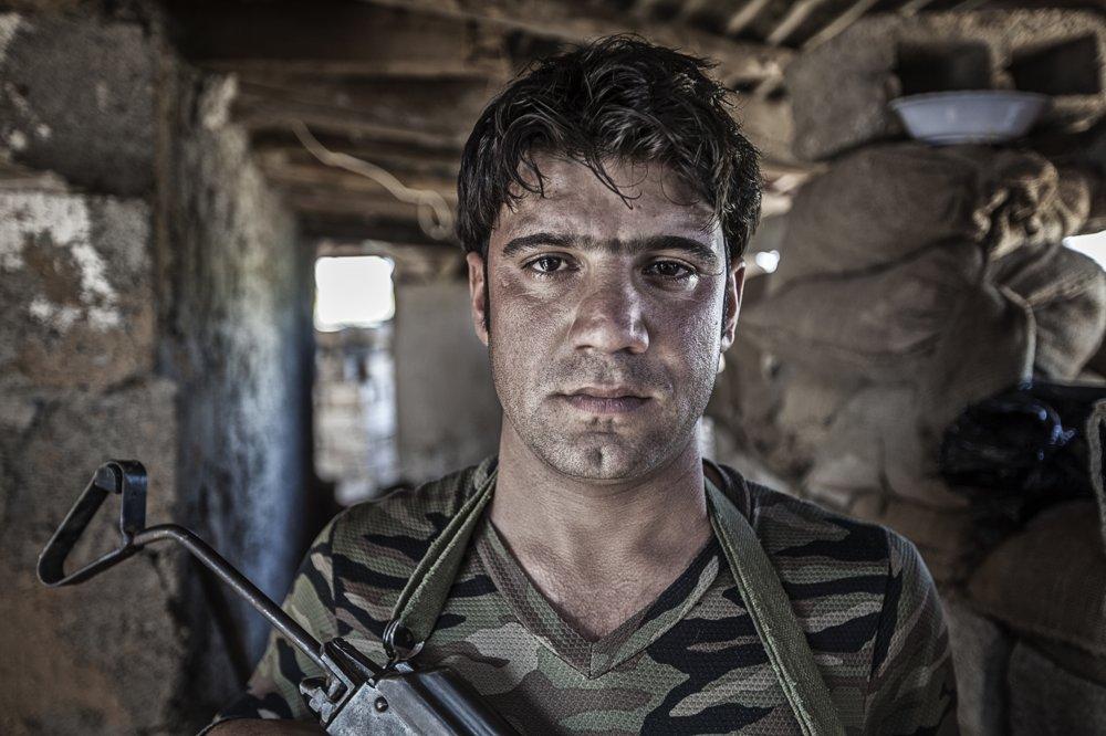 """MUHAMMAD DŽAHAD (26 rokov) – bezdetný, z Kirkúku, štyri roky je pešmergom. """"Otec i moji traja bratia sú pešmergovia a sme pyšní, že môžeme brániť našu rodinu i krajinu."""""""
