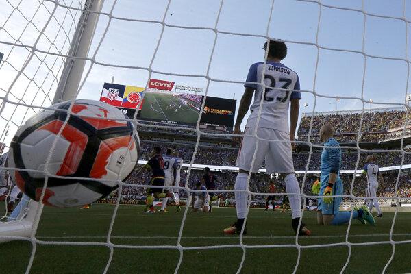 Obranca Fabian Johnson a gólman Brad Guzan sa vyčítavo pozerajú na spoluhráčov, ktorí nepokryli zakončujúceho Kolumbijčana Zapatu.