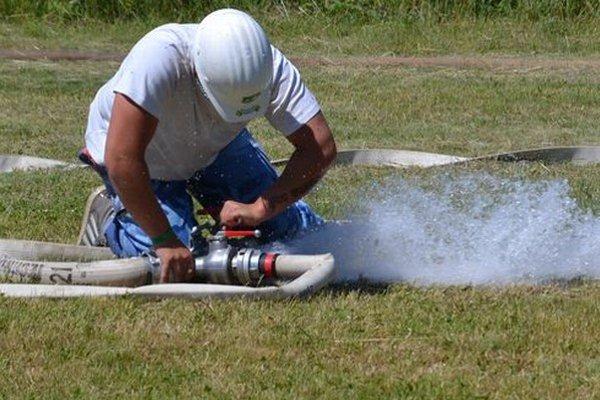 Dobrovoľní hasiči zvádzali boje s časom aj technikou.