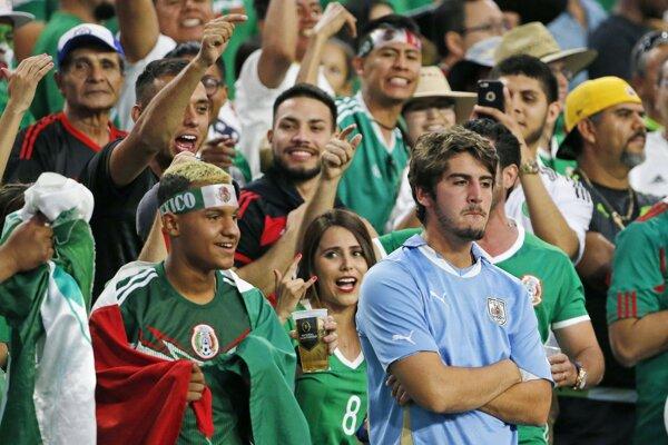 Smutný uruguajský divák medzi rozjarenými fanúšikmi Mexika. Pre Uruguaj to nebol vydarený zápas, začalo to chybou s hymnou, pokračovalo nepriaznivým priebehom a vygradovalo prehrou.