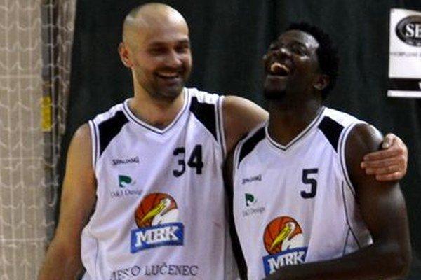 Hrajúci tréner Michal Tarabus s rozohrávačom Rayom Jonesom jr. - najlepší domáci strelci v stretnutí so Žilinou.