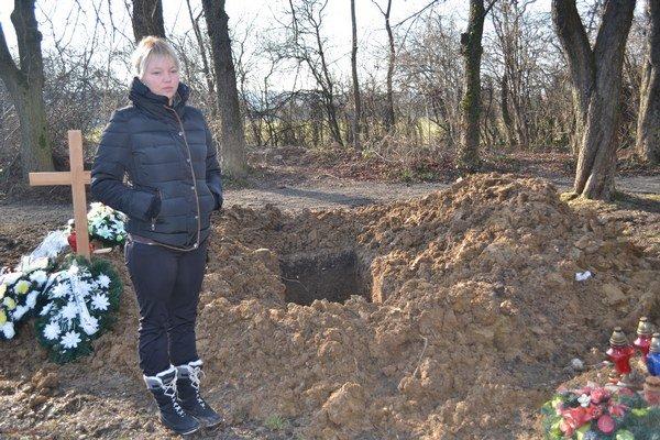 Lucia pri hrobe, do ktorého v piatok pochovajú starú mamu.