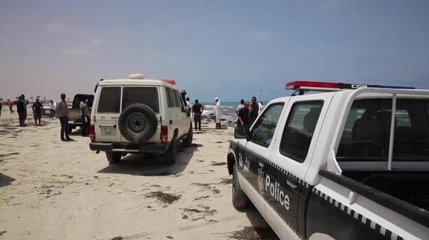 Na líbyjské pobrežie more vyplavilo utečencov, ktorí sa nedostali do Európy.