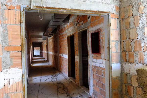 Aj takto to vyzerá vnútri nedostavaného pavilónu B.