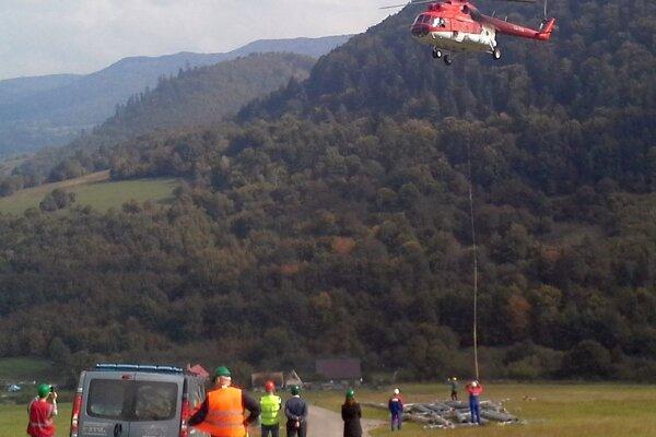V Dolnej Porube pomáhal aj vrtuľník