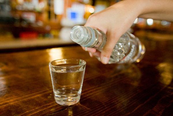 Policajti kontrolujú pitie alkoholu na verejnosti, prevádzkové hodiny podnikov aj povolenia pre letné terasy. ILUSTRAČNÉ FOTO.