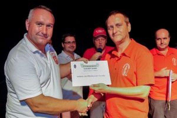 Primátor Turzovky Ľubomír Golis (vľavo) pri preberaní certifikátu.