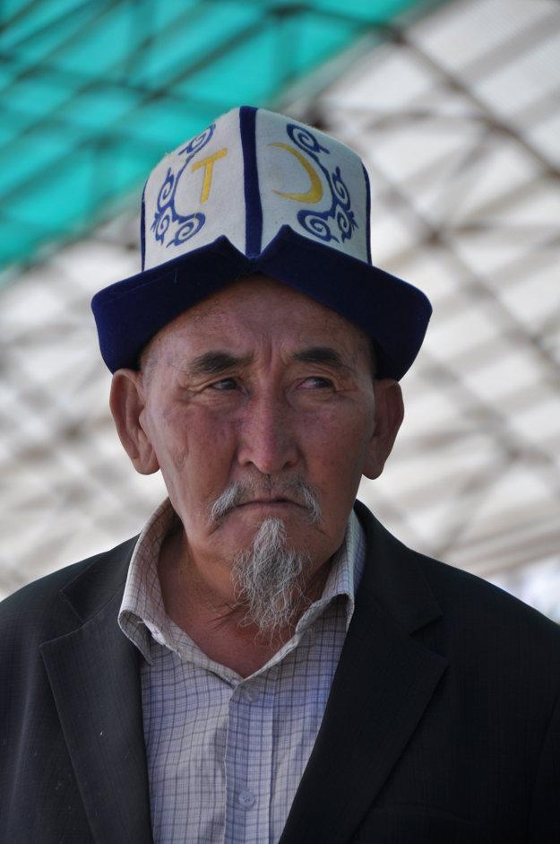 Muž s tradičným kalpakom na hlave.