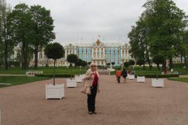 Irina Školníková pred známym palácom v Petrohrade.