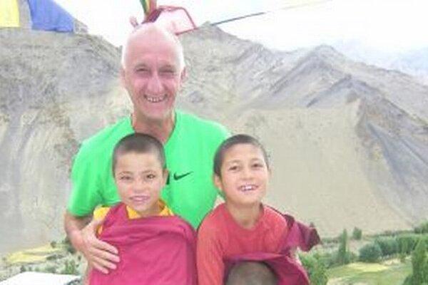 Jozef Banáš s malými mníchmi v Kašmíre.