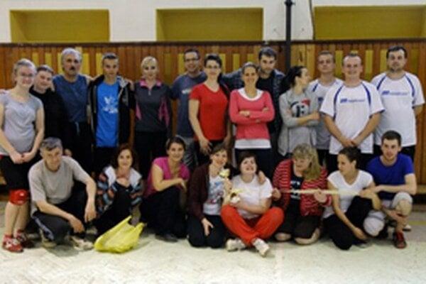 Účastníci volejbalového turnaja v Zákopčí.