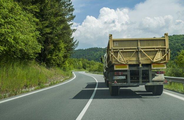 Na záver pohľad v smere od Brezna. Z tohto bodu bolo pôvodne vidieť trasu dlhú 500 m. Dnes je tu predbiehanie zakázané.