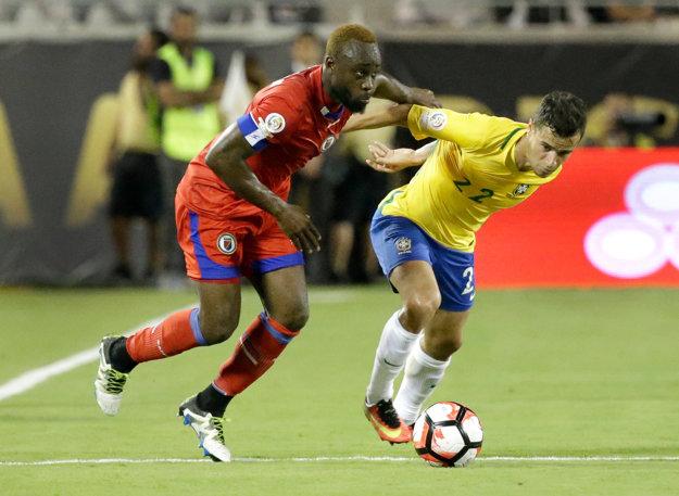 Reginal Goreux z Haiti (vľavo) v súboji o loptu s Brazílčanom Philippom Coutinhom.