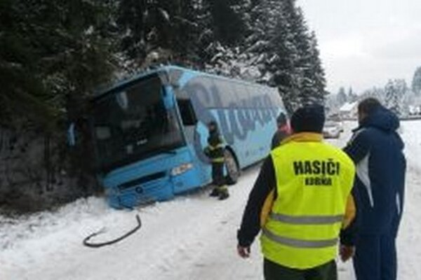 Dobrovoľní hasiči z Korne spolu s profesionálnymi kolegami z Turzovky pomáhali pri dopravnej nehode.