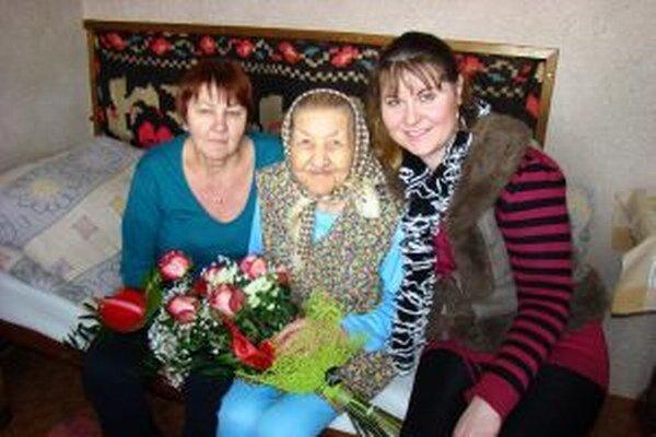 K životnému jubileu storočnej pani Veronike spoločne s dcérou Máriou (vľavo) zablahoželala aj miestna kvetinárka Ivetka Obrková.