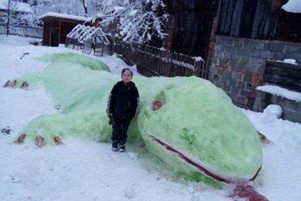 V záhrade rodinky Jantošovcov sa po siedmich hodinách práce objavila obrovská jašterica. Má štrnásť metrov a jej výška je 1,30 metra.