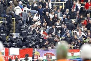 Policajný zákrok v Dunajskej Strede podľa polície vyprovokoval útok na policajných ťažkoodencov. Minister vnútra dodatočne za dôvod označil aj hajlovanie fanúšikov DAC Dunajská Streda.